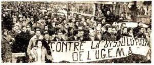 Photographie d'une manifestation contre la dissolution de l'UGEMA tirée du journal Clarté en mars 1958 (Cité des mémoires étudiantes, fonds documentaire)